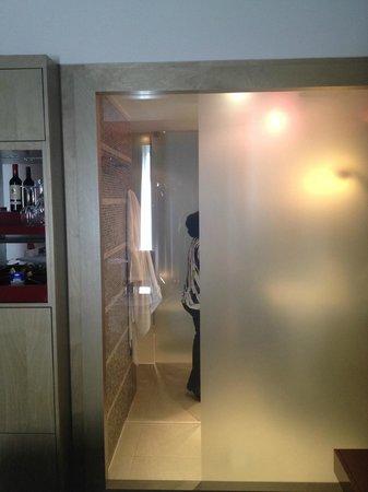 Radisson Blu Media Harbour Hotel, Dusseldorf: Вот так человека видно внутри ванной)))