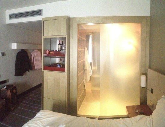 Radisson Blu Media Harbour Hotel, Dusseldorf: Ванная комната без бумаги (вид от окна)