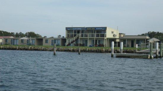 Coral Tree Lodge: Coral Tree units & jetty / pontoon at front of caravan park