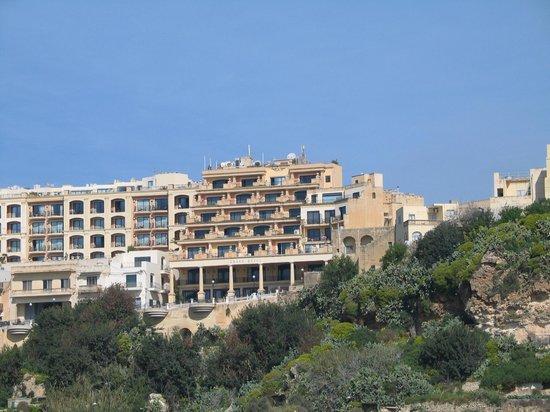 Grand Hotel Gozo: Вид на отель со стороны паромной переправы