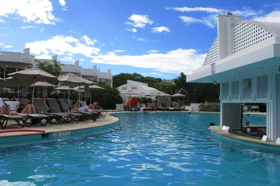 Sofitel Noosa Pacific Resort : pool with swimup bar