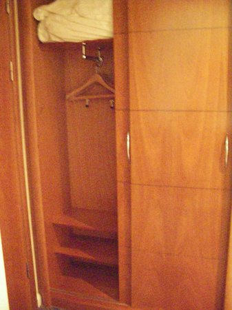 Arora Hotel Gatwick / Crawley: Hanging space in both sides of the wardrobe