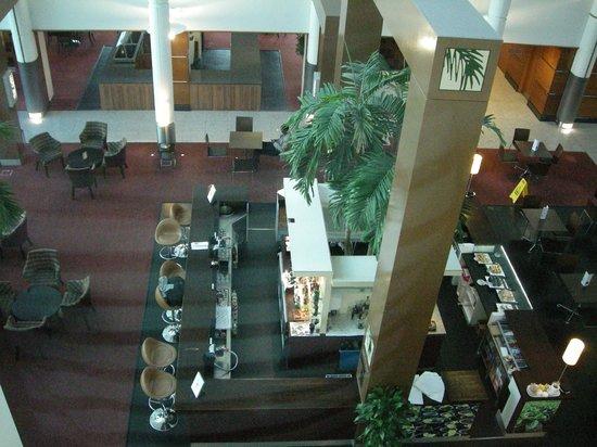 Arora Hotel Gatwick / Crawley: Overlooking indoor atrium, coffee shop