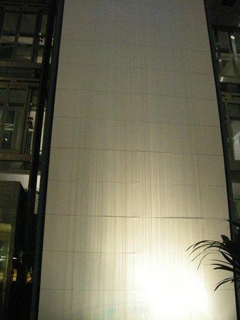 Arora Hotel Gatwick / Crawley: Indoor water wall in the atrium area