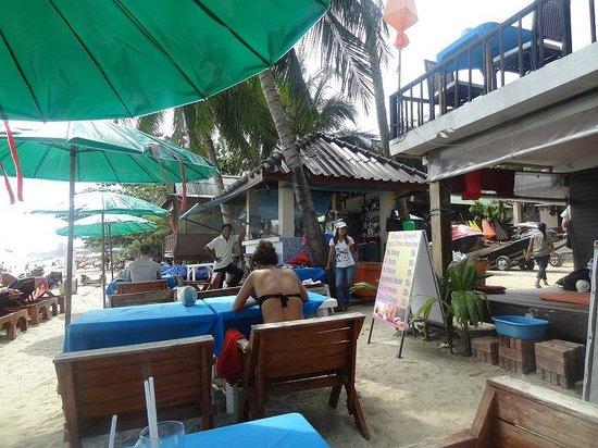 Magic Resort: Со столика на пляже фото - улыбчивый персонал