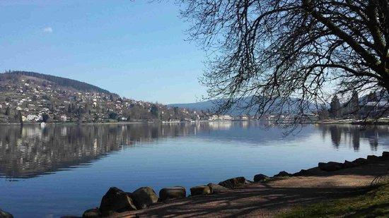 Echo du Lac : uitzicht vanaf kant meer