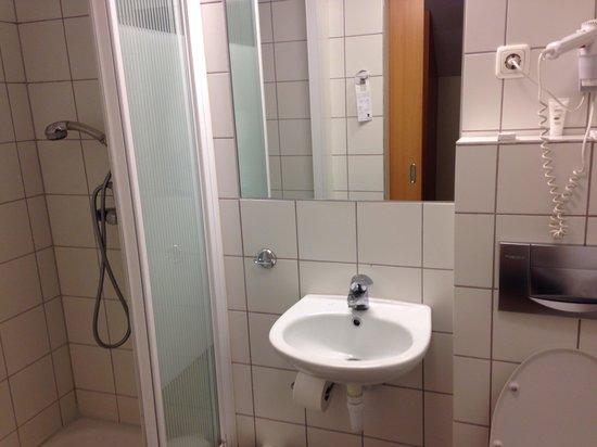 Hotel Fron: Bathroom