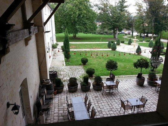 Domaine des Chais de Thenac : terrasse du restaurant et vue sur le parc