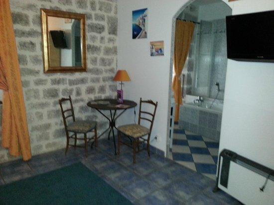 Domaine des Chais de Thenac: petit coin écriture et salle de bain