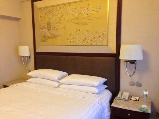 Shangri-La Hotel, Wuhan: Clean and comfortable bed