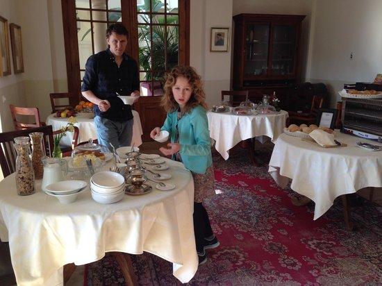 Hotel La Fuente De La Higuera: Delicious breakfast - crispy croissants and fresh fruit