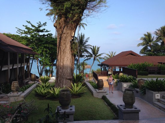 Impiana Resort Chaweng Noi: Из рецепции на пляж