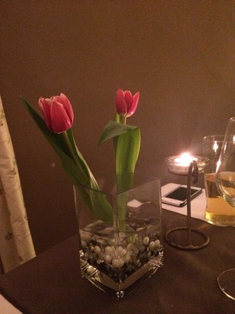 The Great House Hotel: Table decorations fresh tulips beautiful