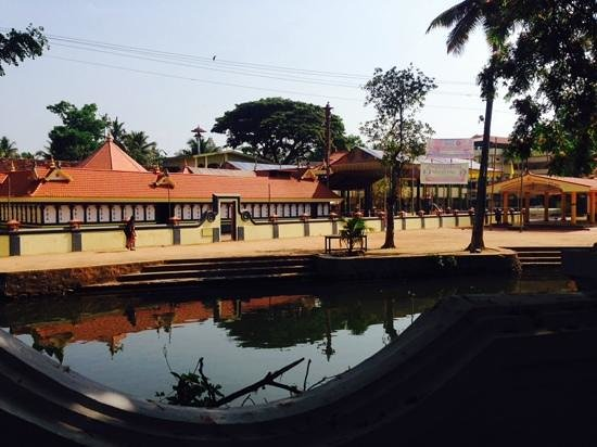 Tharavad Heritage Resort: view of the temple from the restaurant