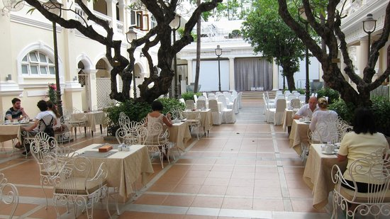 Hotel Continental Saigon: Breakfast buffet served in the courtyard
