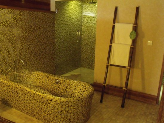 Kupu Kupu Jimbaran & Bamboo Spa by L'Occitane: Bathroom