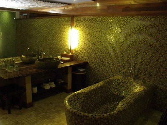 Kupu Kupu Jimbaran & Bamboo Spa by L'Occitane: Big bathroom
