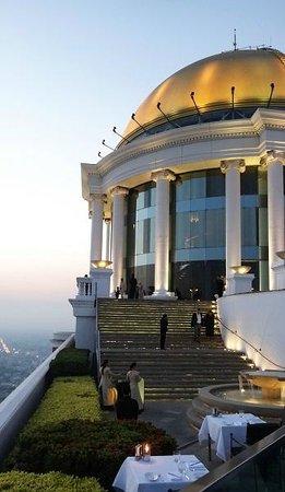 Sirocco Restaurant : L'arrivée se passe sur la premiere terrasse en haut des escaliers