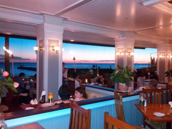 Outrigger Reef Waikiki Beach Resort : Ocean House during sunset