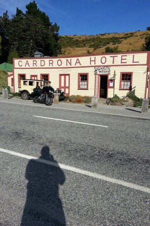 Cardrona Hotel: After a nice stay every biker has to get a picture of his ride in front