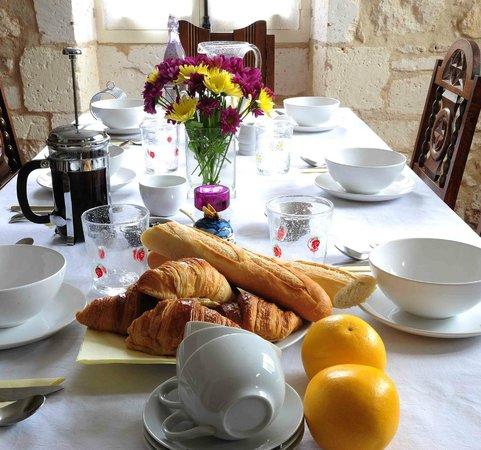 Chambre d'Hotes Quartier Plaisance: Breakfast table