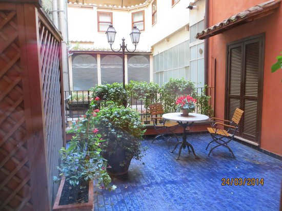Hotel Mozart: roof terrace- facing main street via dell corso