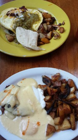 Charley's Restaurant: Huevos and Bennie...the red on the Hollandaise is Tabasco...