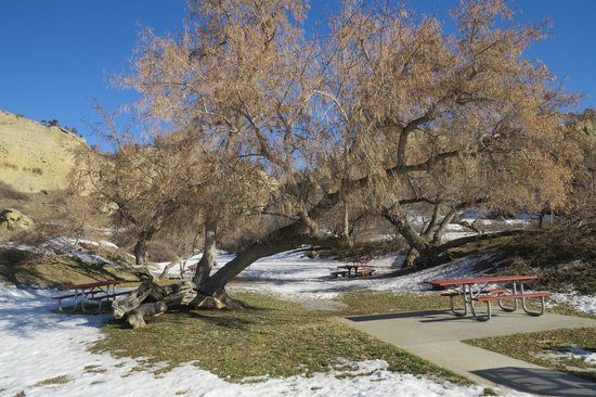Pictograph Cave State Park: Picnic area for Warmer times !
