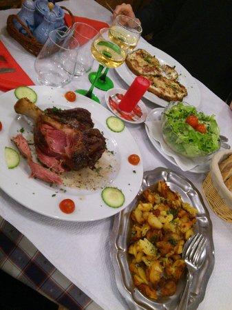 Le Schenkenberg : Jarret de porc et pommes de terre sautées ; tartines au Munster