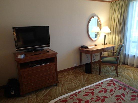 Renaissance Kuala Lumpur Hotel: tv and writing desk