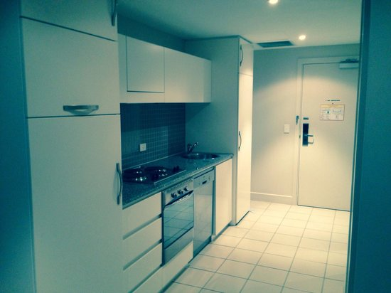 Oaks Plaza Pier Apartment Hotel: Great kitchen with fridge, freezer, cooker, kettle, toaster, etc! Plus a washing machine in the