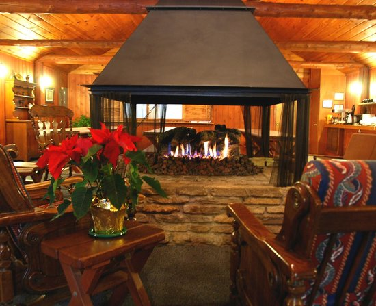 Elvyn Lea Lodge: The central fireplace is the focal point of the main lounge.