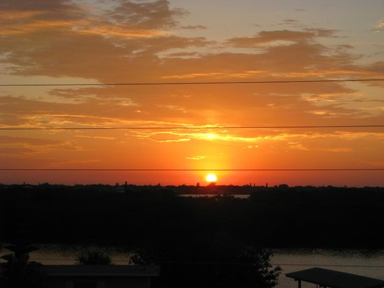 Weston's WannaB Inn : Sunrise View from Nautilus Room - Bayside