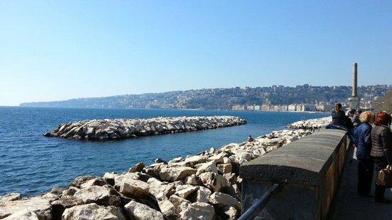 Via Caracciolo e Lungomare di Napoli : Un mare così mi fa venire voglia di cantare .... nel blu dipinto di blu
