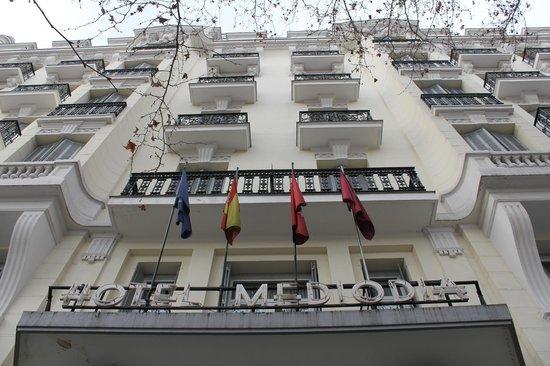 Contrapicado de la fachada del Hotel Mediodia.
