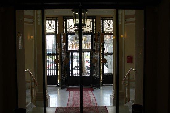 Hotel Mediodia: Puerta principal del hotel desde el interior. (Automatizada).