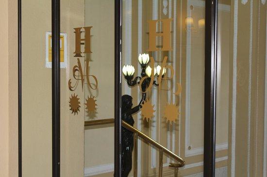 Hotel Mediodia: Detalle en la entrada del hotel.