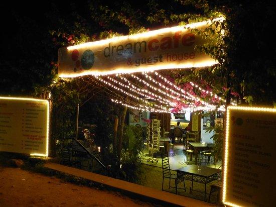 Dream Cafe & Guest House: Entrée et terrasse ombagée
