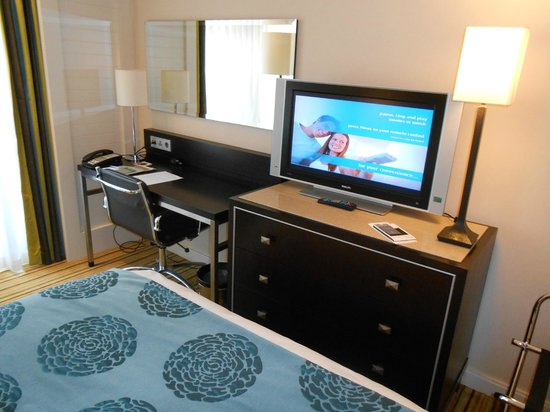 Renaissance Amsterdam Hotel: Small desk with ergonomic chair and Tv