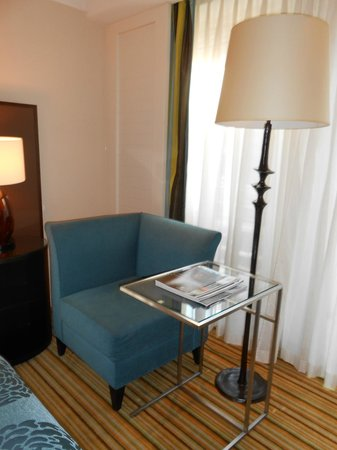 Renaissance Amsterdam Hotel : Comfy chair and lamp