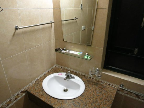 Holiday Gold Hotel: Bathroom, nice & clean