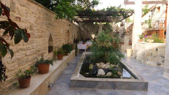Casa Vitae Hotel: dining courtyard