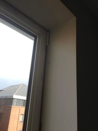 Novotel Cardiff Centre: Window needing attention