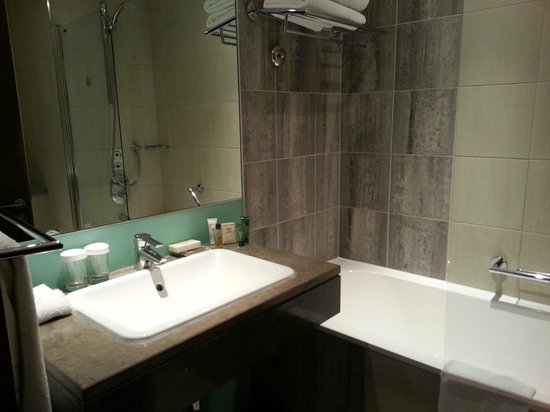 Hilton London Canary Wharf: Bathroom has decent-sized sink and shower
