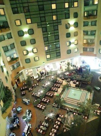 Hotel Novotel Moscow Sheremetyevo Airport: Вид из номера на холл отеля