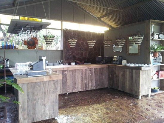 Birdsong Cottages: Bar in party area