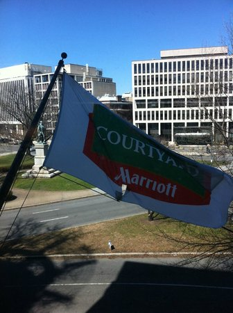 Courtyard by Marriott Washington Embassy Row: Noisy flag pole