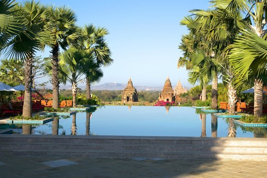 Aureum Palace Hotel & Resort Bagan : View of the pagoda from hotel pool