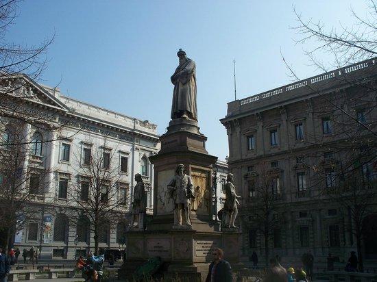 达芬奇雕像