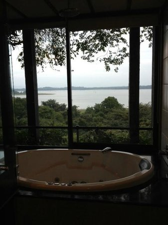 Heritance Kandalama : A bathroom with a serious view.